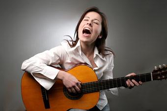 Como cantar e tocar violão ao mesmo tempo